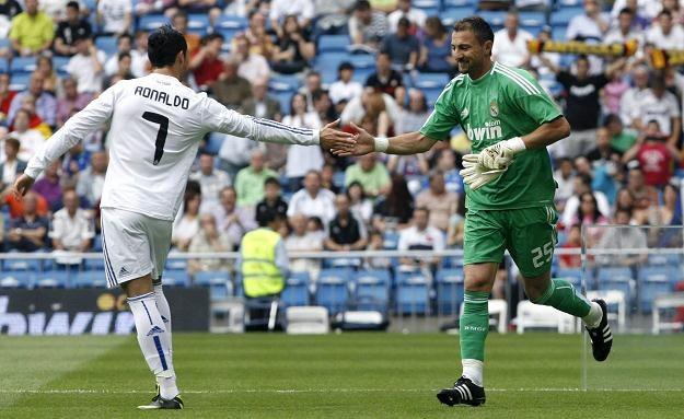 Cristiano Ronaldo, który strzelił w sobotę 40. gola w lidze dziękuje za grę Jerzemu Dudkowi /PAP/EPA