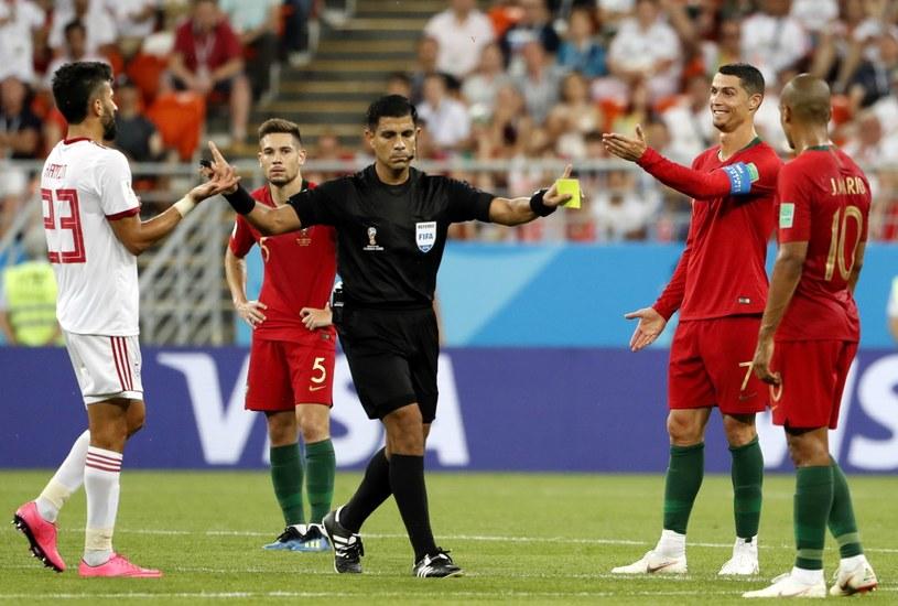 Cristiano Ronaldo mógł odetchnąć z ulgą, że sędzia Enrique Caceres ukarał go tylko żółtą kartką /PAP/EPA