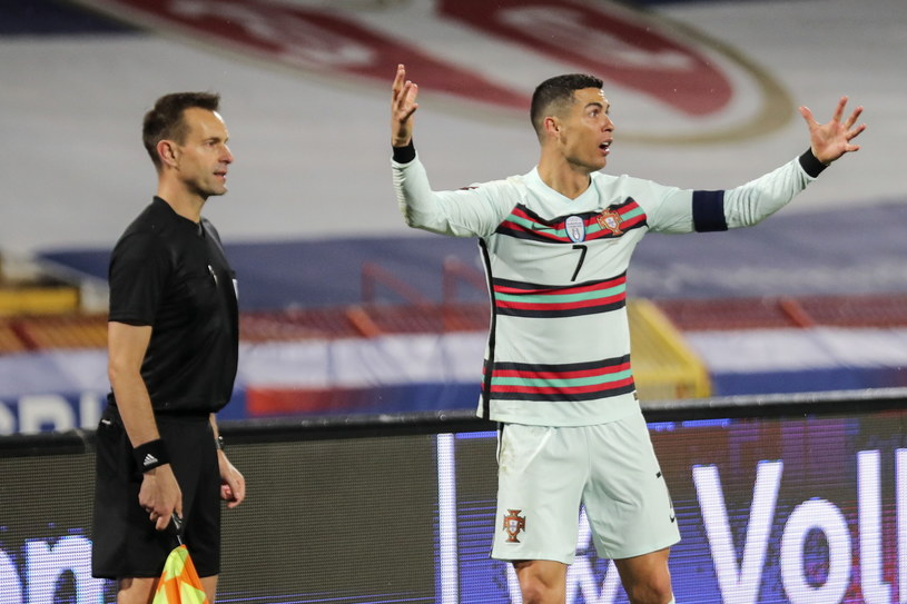 Cristiano Ronaldo nie mógł pogodzić się z decyzją sędziego /PAP/EPA