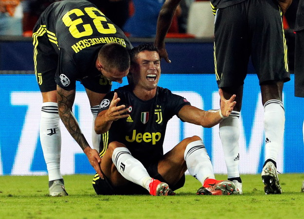 Cristiano Ronaldo nie zgodził się z decyzją sędziego /JUAN CARLOS CARDENAS /PAP