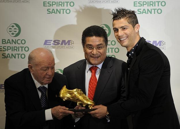 Cristiano Ronaldo odbiera Złotego Buta z rąk Alfredo Di Stefano i Eusebio /AFP