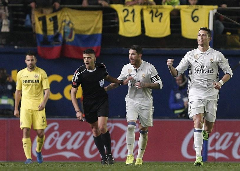 Cristiano Ronaldo (P) cieszy się po strzeleniu gola z rzutu karnego w meczu z Villarrealem /MIGUEL ANGEL POLO /PAP/EPA