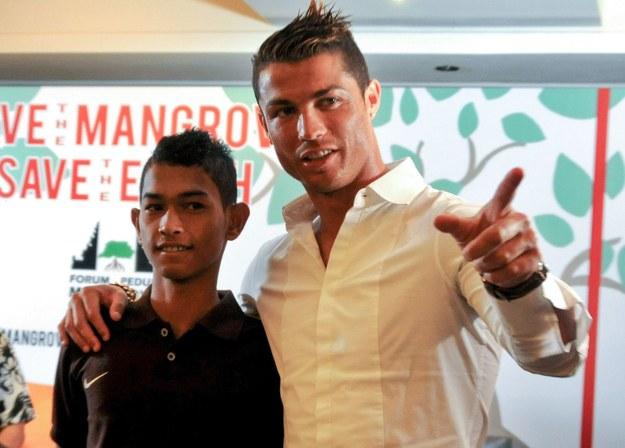 Cristiano Ronaldo (P) jest najlepiej zarabiającym piłkarzem świata /AFP