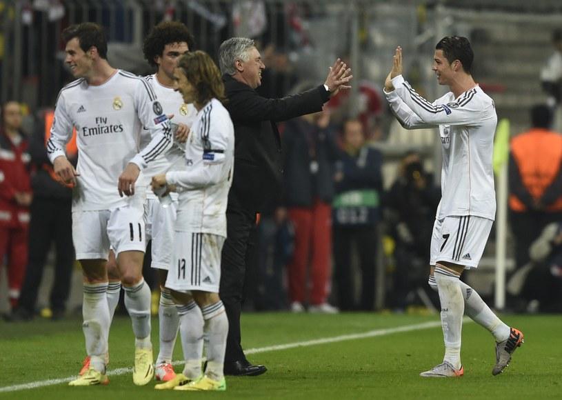 Cristiano Ronaldo (pierwszy z prawej) odbiera gratulacje od trenera Carla Ancelottiego /AFP