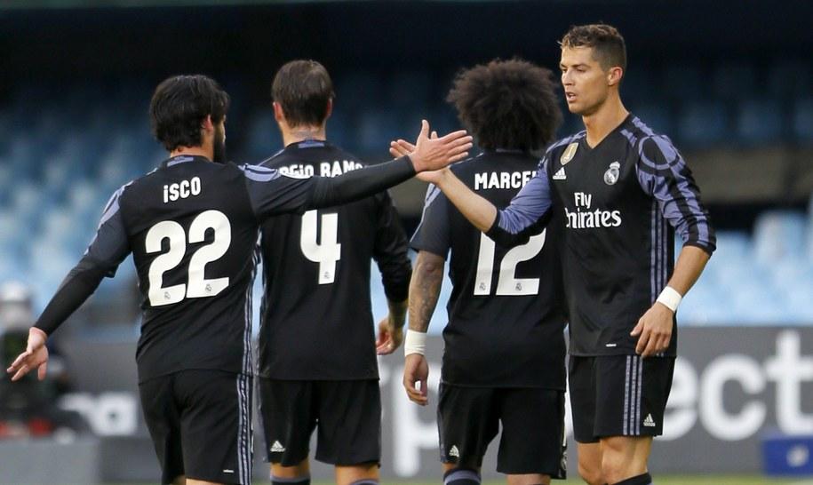 Cristiano Ronaldo (po prawej) fetuje z kolegami z drużyny gola w meczu Realu z Celtą Vigo /LAVANDEIRA JR /PAP/EPA