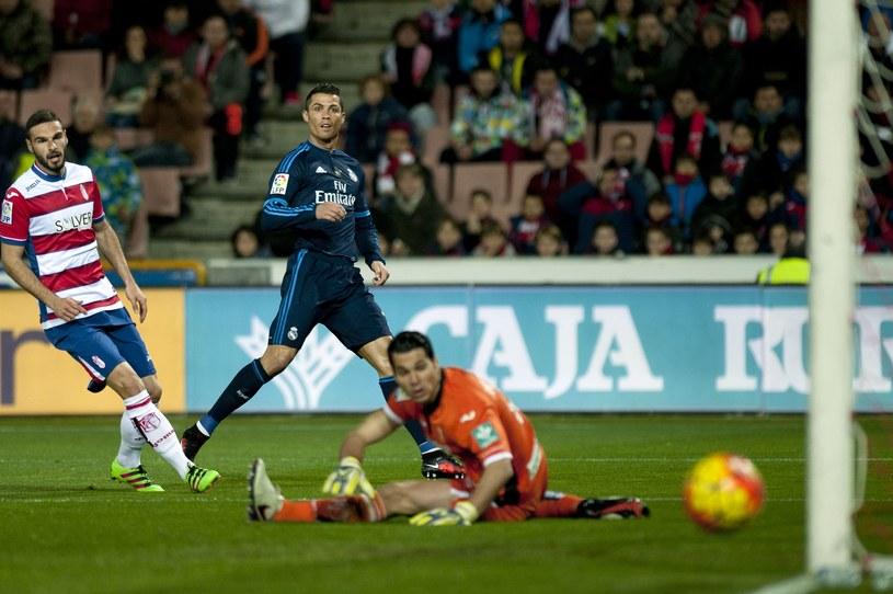 Cristiano Ronaldo po strzale na bramkę Andresa Fernandeza /AFP