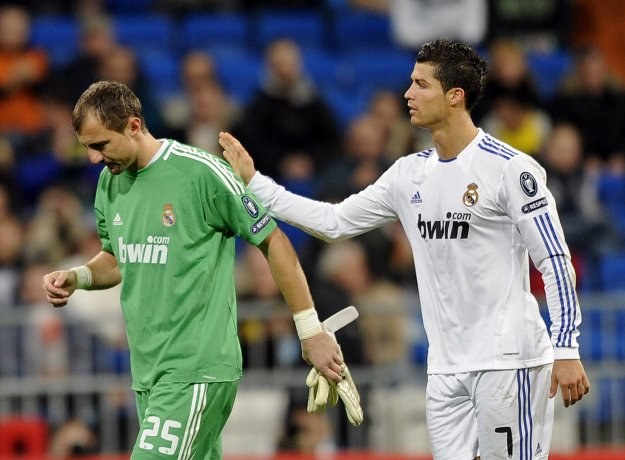 Cristiano Ronaldo pociesza załamanego Jerzego Dudka, który opuszcza boisko w 45 minucie /AFP