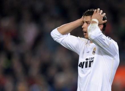 Cristiano Ronaldo podczas derbów z Barcą. /AFP