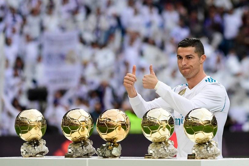 Cristiano Ronaldo pozuje ze swoimi trofeami /AFP