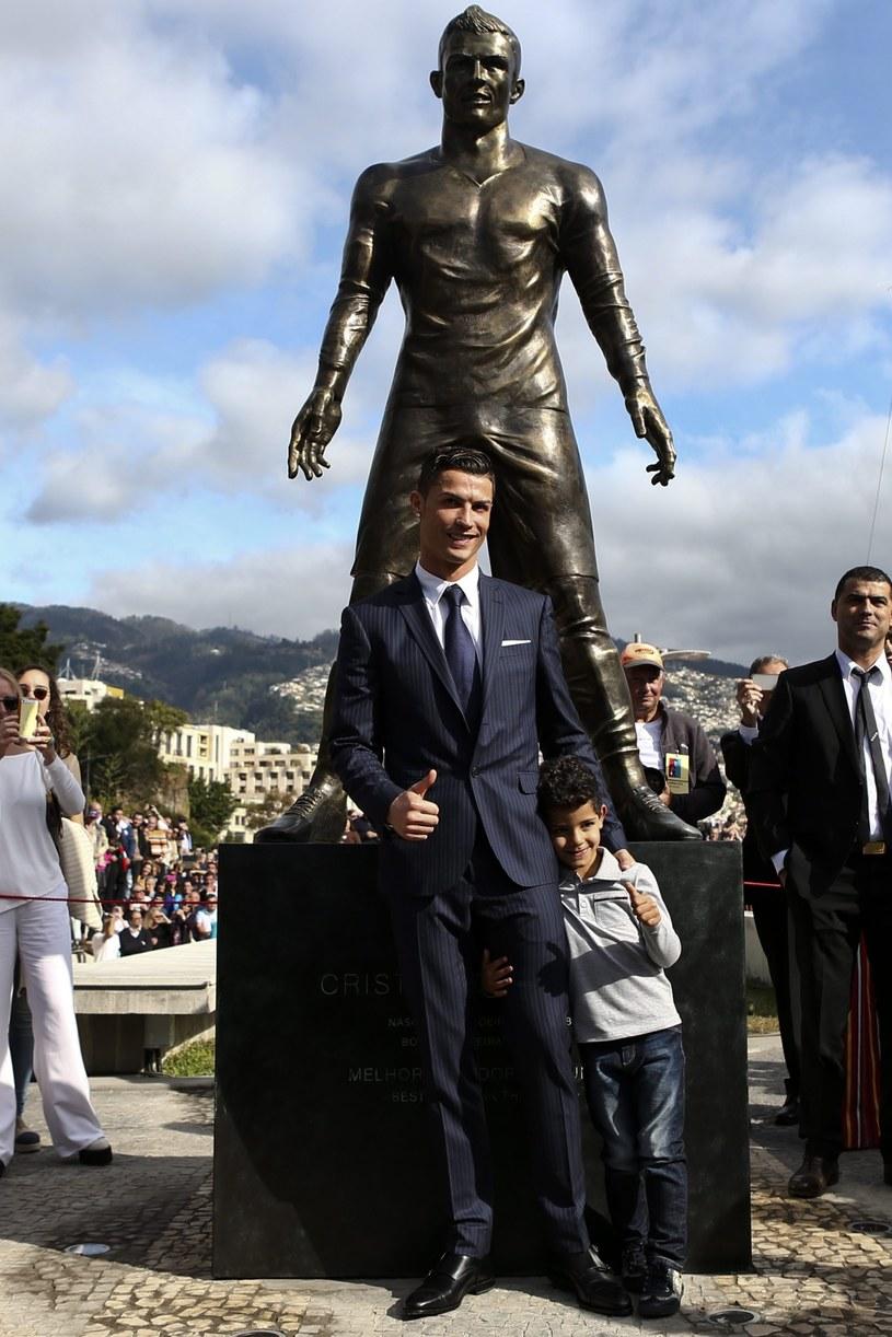 Cristiano Ronaldo przed swoim pomnikiem /PAP/EPA
