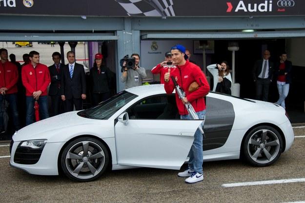 Cristiano Ronaldo przy swoim samochodzie /Carlos Alvarez /Getty Images