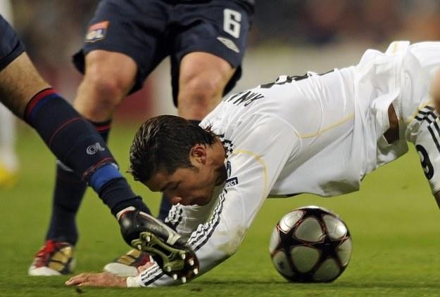Cristiano Ronaldo sponiewierany w meczu z Olympique Lyon. /AFP