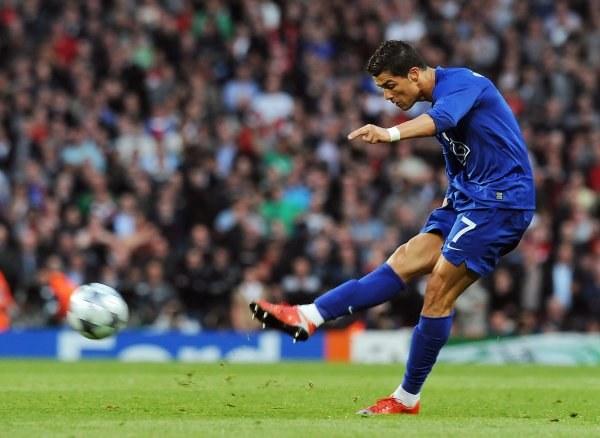 Cristiano Ronaldo strzela z wolnego na 0:2. Rozpędził piłkę do 111 km/h. /AFP