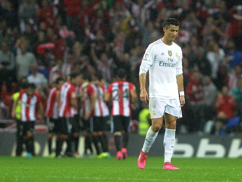 Cristiano Ronaldo (w białym stroju). W tle piłkarze Athletic Bilbao /AFP