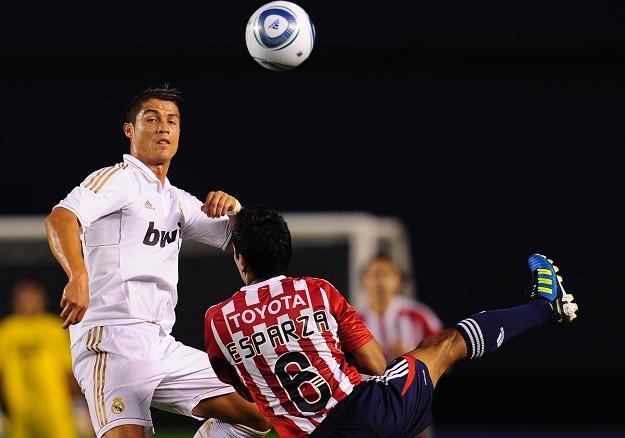 Cristiano Ronaldo (w białym stroju) /AFP
