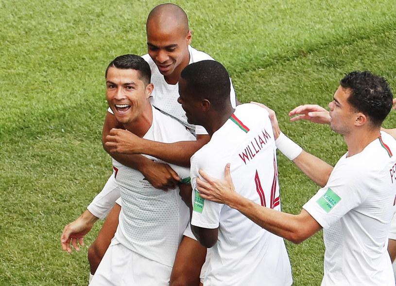 Cristiano Ronaldo w objęciach kolegów po zdobyciu bramki /PAP/EPA
