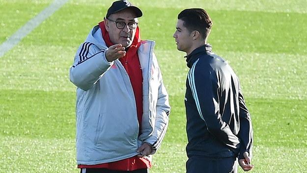Cristiano Ronaldo w rozmowie z trenerem Juventusu Maurizio Sarrim /ALESSANDRO DI MARCO  /PAP/EPA