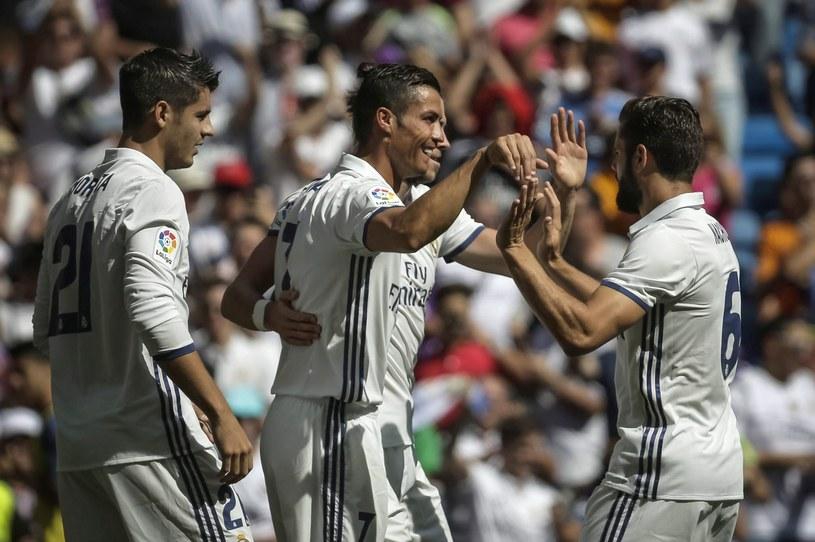Cristiano Ronaldo (w środku) odbiera gratulacje od kolegów /PAP/EPA