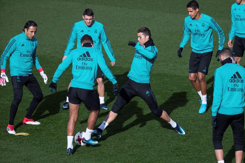 Cristiano Ronaldo (w środku) podczas zajęć z zespołem /PAP/EPA
