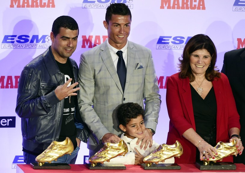 Cristiano Ronaldo (w środku) z rodziną. Po lewej brat Hugo, z prawej matka Dolores, a na dole syn Cristiano Junior /AFP