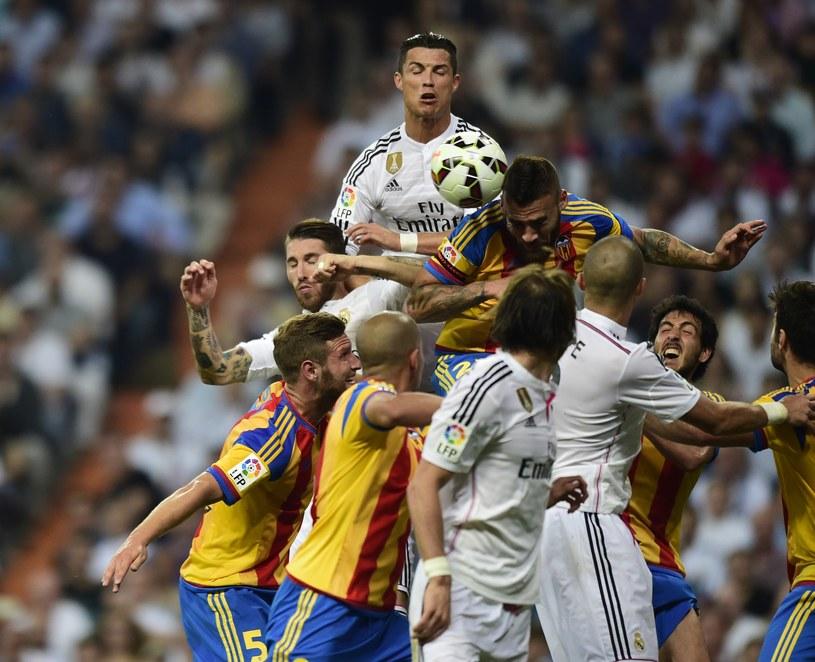 Cristiano Ronaldo w walce o piłkę pod bramką Valencii /AFP