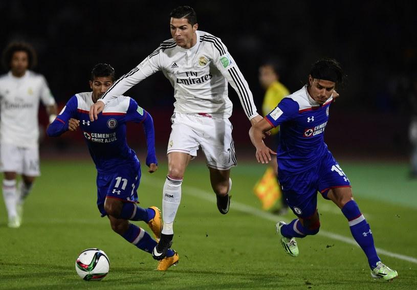 Cristiano Ronaldo w walce z dwoma piłkarzami Cruz Azul /AFP