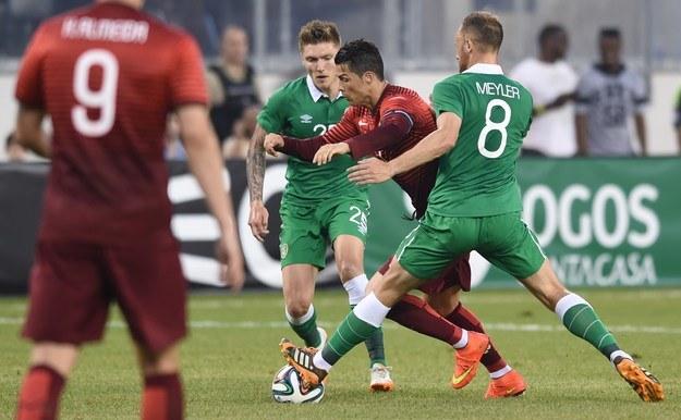Cristiano Ronaldo w walce z Irlandczykami /AFP