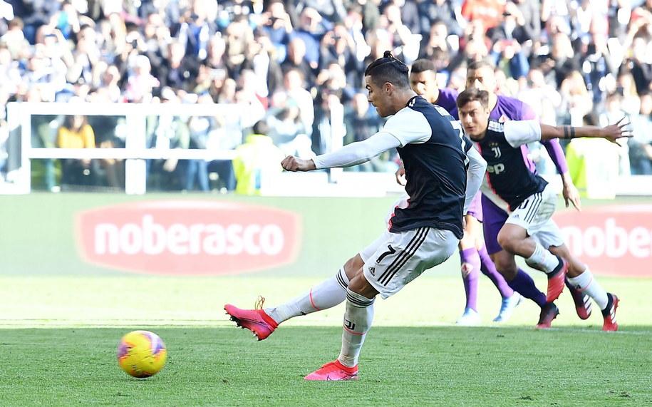 Cristiano Ronaldo wykonujący rzut karny /ALESSANDRO DI MARCO  /PAP/EPA