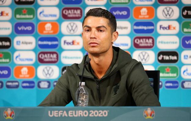 Cristiano Ronaldo - z butelką wody - na poniedziałkowej konferencji prasowej przed meczem Portugalii i Węgier w grupie F Euro 2020 /UEFA HANDOUT /PAP/EPA
