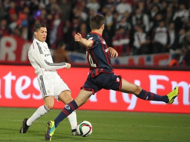 Cristiano Ronaldo (z lewej) blokowany przez Waltera Kannemanna /PAP