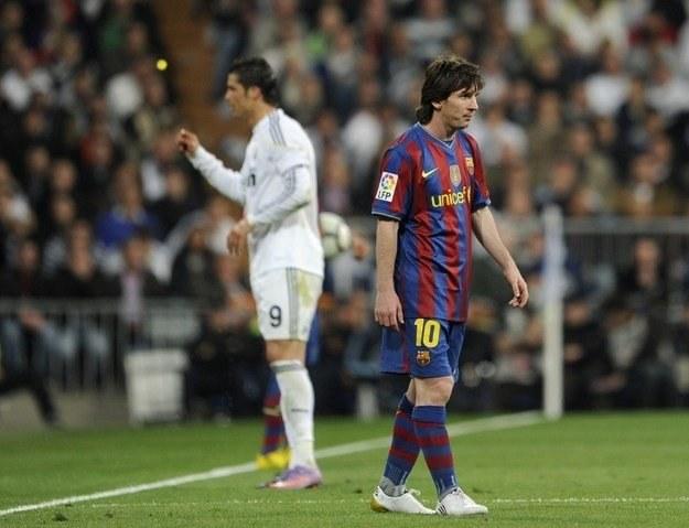 Cristiano Ronaldo (z lewej)  i Lionel Messi - gwiazdy z innej bajki /AFP