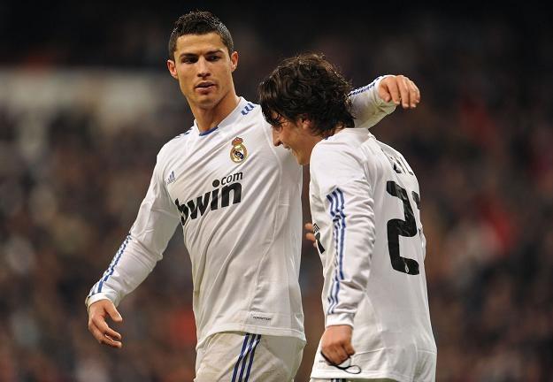 Cristiano Ronaldo (z lewej) obok Mesuta Oezila /AFP