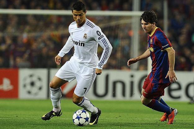 Cristiano Ronaldo (z lewej) w pojedynku z Leo Messim /AFP