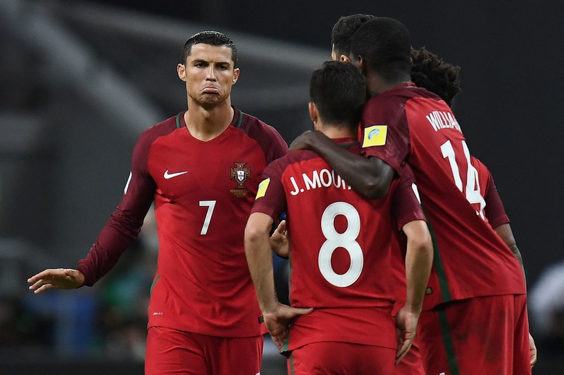 Cristiano Ronaldo (z lewej) z kolegami z drużyny Portugalii podczas serii rzutów karnych przeciwko Chile /AFP