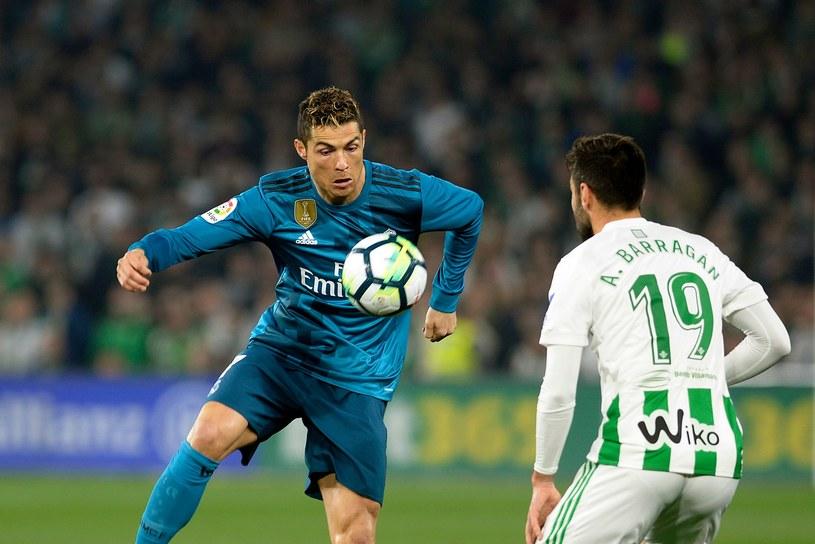 Cristiano Ronaldo (z lewej) zdobył gola w spotkaniu z Betisem Sewilla /AFP