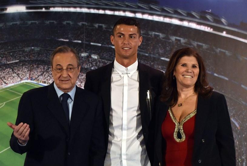 Cristiano Ronaldo z matką Marią Dolores Santos Aveiro i prezydentem Realu Florentino Perezem. /AFP