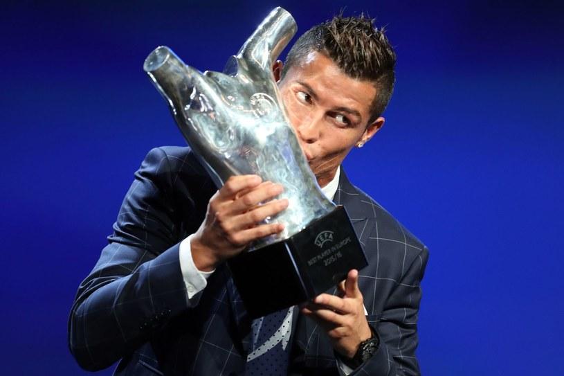 Cristiano Ronaldo z nagrodą dla najlepszego piłkarza Europy w sezonie 2015/2016 /AFP
