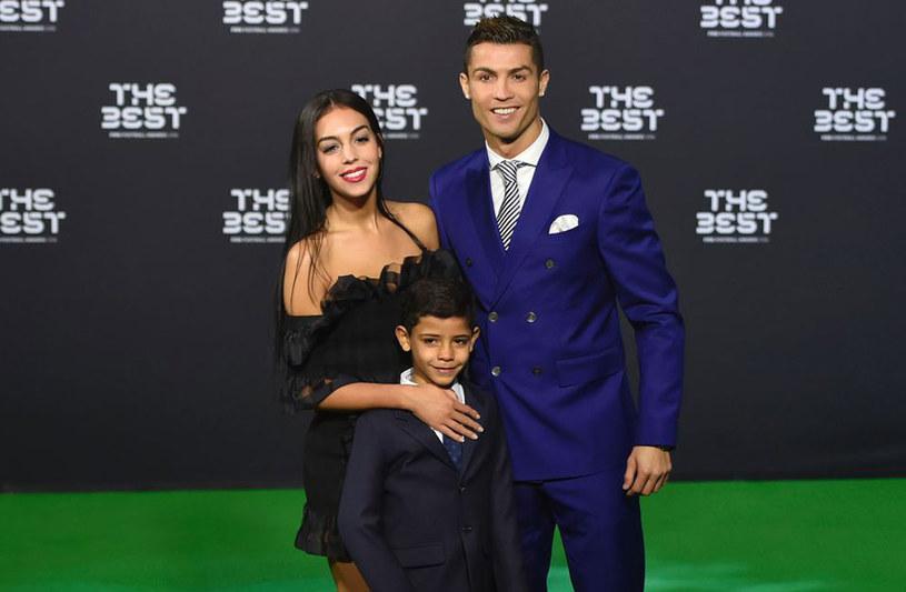 Cristiano Ronaldo z partnerką, Georginą Rodriguez, i synem /AFP