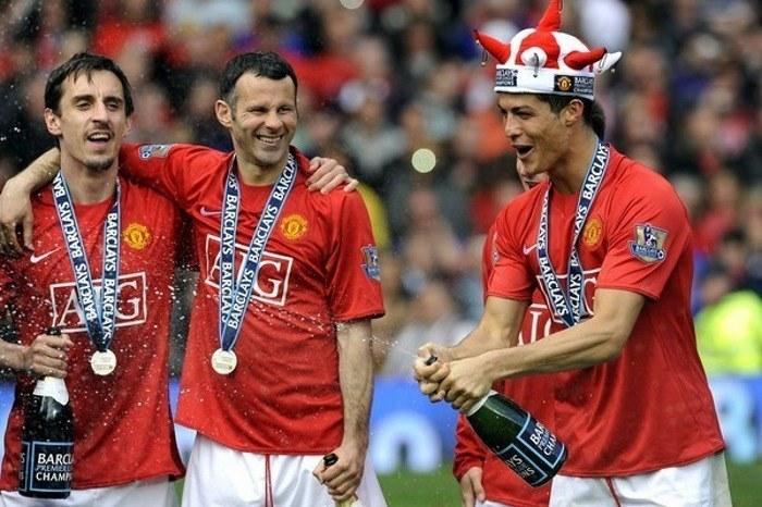 Cristiano Ronaldo (z prawej) oraz Gary Neville (z lewej) i Ryan Giggs /AFP