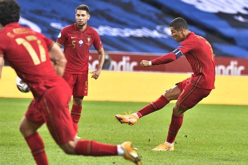 Cristiano Ronaldo (z prawej) zdobył dwie bramki dla kadry Portugalii /PAP/EPA/CLAUDIO BRESCANI /PAP/EPA
