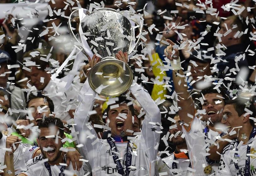 Cristiano Ronaldo z trofeum za triumf w Lidze Mistrzów /AFP