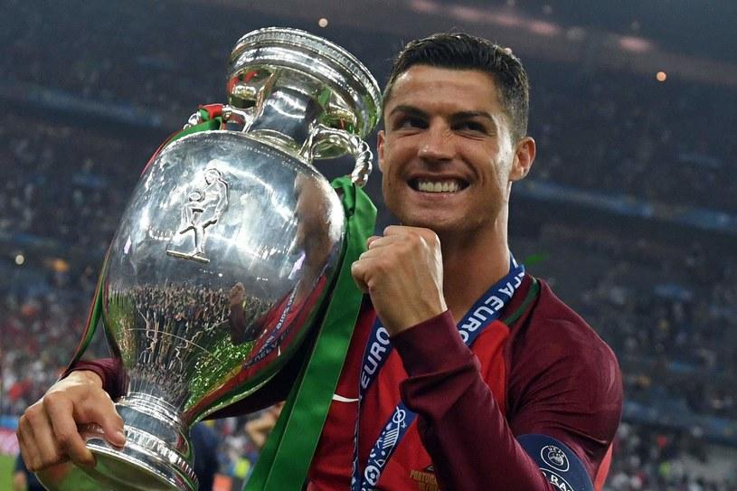 Cristiano Ronaldo z trofeum za triumf w mistrzostwach Europy /AFP