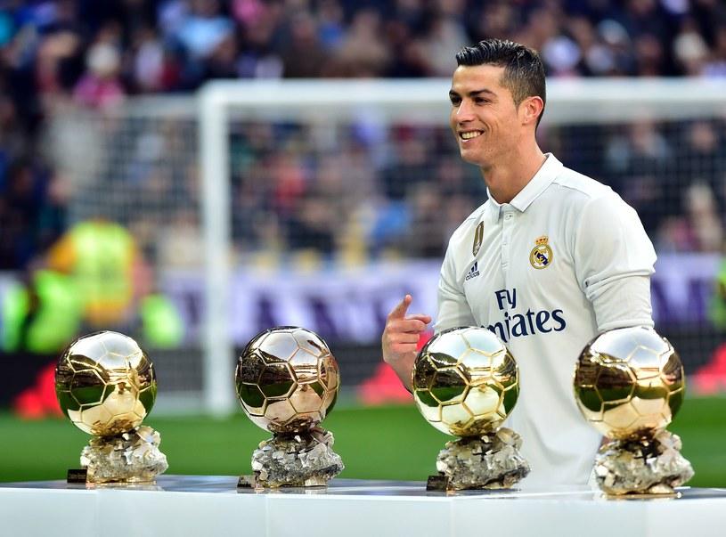 Cristiano Ronaldo zaprezentował fanom kolejną Złotą Piłkę /AFP