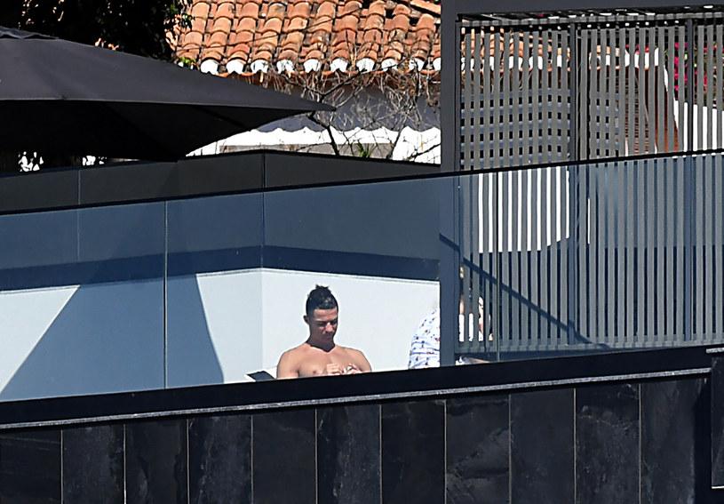 Cristiano Ronaldo zażywa kąpieli słonecznych w Funchal na Maderze, zamiast siedzieć w Turynie /AFP