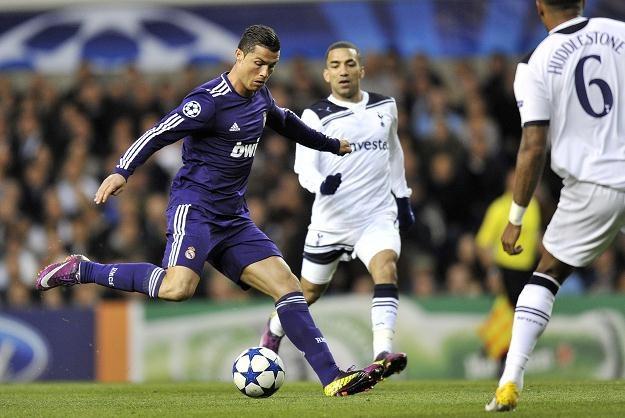 Cristiano Ronaldo zdecydował się na strzał z 40 metrów i pokonał Heurelho Gomesa /PAP/EPA