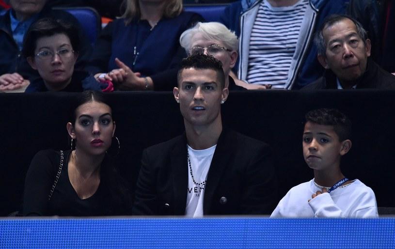 Cristiano Ronaldo ze swoim synem i partnerką Georginą Rodriguez podziwia z trybun mecz Novaka Djokovicia /GLYN KIRK /AFP