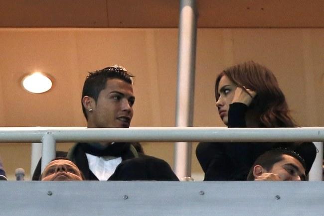 Cristiano Ronaldo ze swoją dziewczyną Iriną Szajk na trybunach Santiago Bernabeu /PAP/EPA
