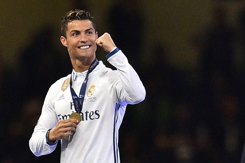 Cristiano Ronaldo ze złotym medalem Ligi Mistrzów /GLYN KIRK /PAP