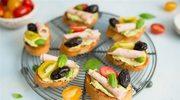 Crostini z zielonym hummusem i plastrami wegetariańskimi
