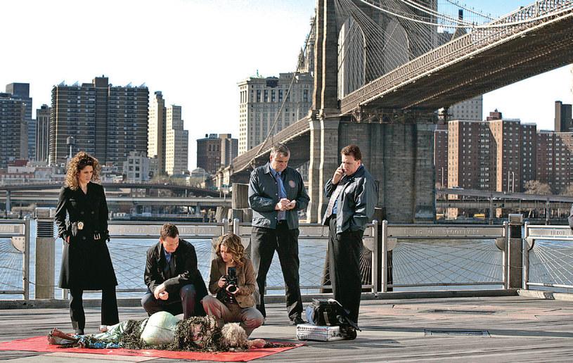 """""""CSI: NY"""" -Los Angeles: Detektywów oglądających ciało sfilmowano w studiu w Los Angeles, a potem dodano obraz Mostu Brooklińskiego, jednej z wizytówek Nowego Jorku /Świat Seriali"""